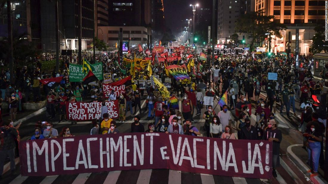 I brasiliani sono scesi in piazza chiedendo il licenziamento di Bolsonaro e un vaccino migliore