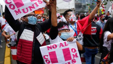 I sostenitori di Fujimori tengono in mano cartelli con la scritta