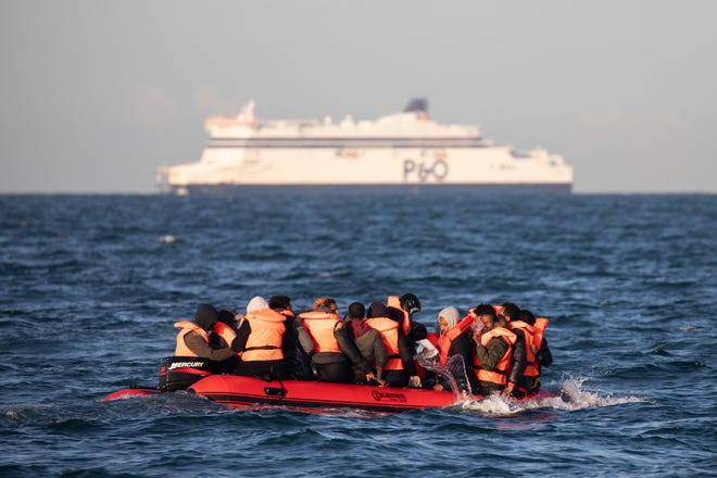 I migranti si stringono strettamente su un piccolo gommone per salvare l'acqua mentre cercano di attraversare il Canale della Manica vicino allo Stretto di Dover, la rotta di navigazione più trafficata del mondo, il 07 settembre 2020 al largo della costa di Dover, in Inghilterra.