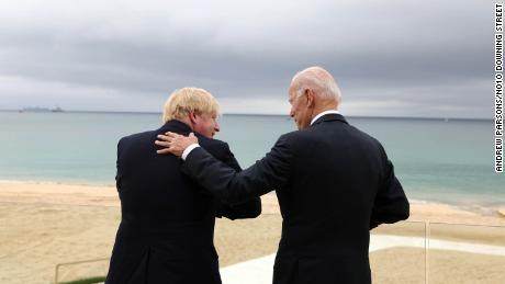 Il primo ministro Boris Johnson, a sinistra, e il presidente degli Stati Uniti Joe Biden a Carbis Bay, in Cornovaglia, in vista del vertice del Gruppo dei Sette di venerdì.