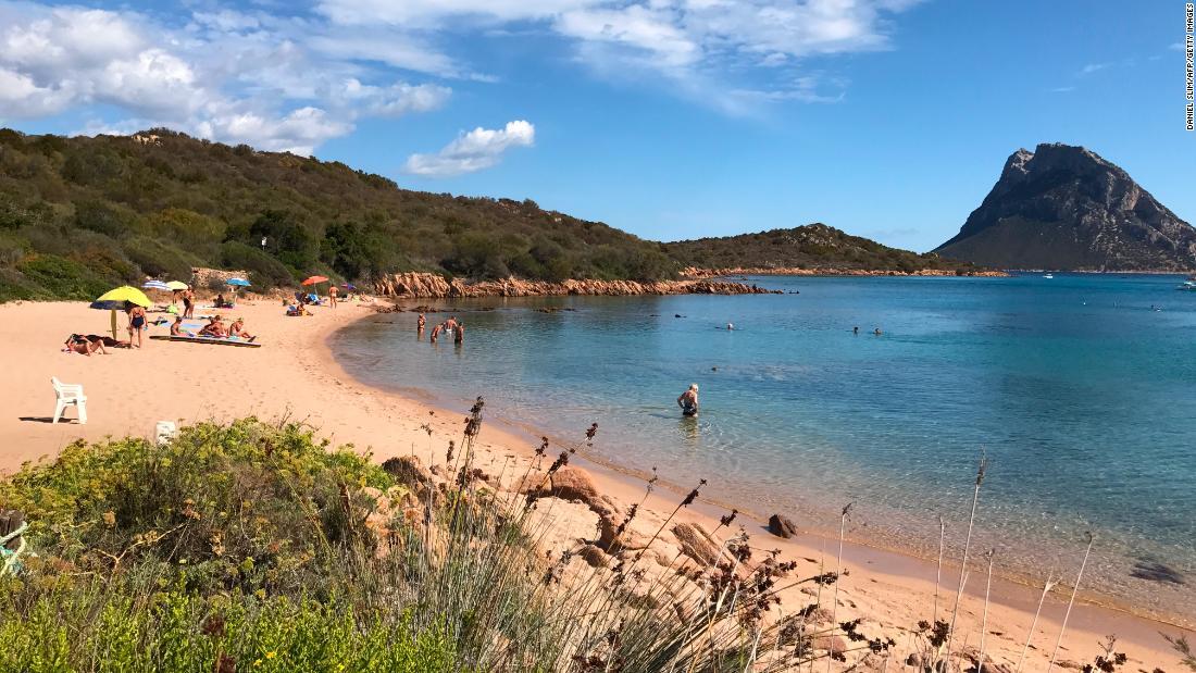 Decine di turisti multati dopo che la polizia ha sequestrato 200 chili di sabbia e conchiglie sottratte alle spiagge sarde