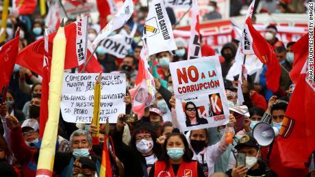 I sostenitori di Castillo tengono in mano matite giganti, il simbolo del partito del candidato.