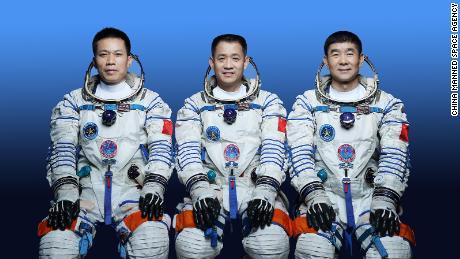 La Cina invierà tre astronauti nello spazio il 17 giugno per una missione di tre mesi presso la sua stazione spaziale di Tiangong.  Da sinistra a destra: Tang Hongbo, Nie Haisheng, Liu Beoming