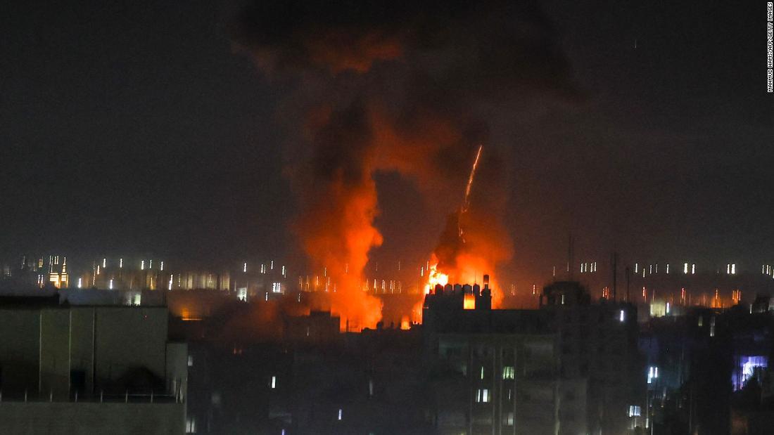 L'esercito israeliano lancia attacchi aerei su Gaza in risposta al lancio di palloni incendiari dalla fascia costiera