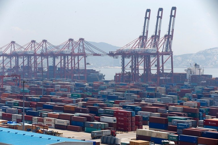L'incidente nel porto di Taiwan fa crollare i container e i lavoratori corrono per mettersi in salvo: video