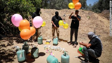 Gli attivisti a est di Gaza City preparano palloni incendiari da lanciare mercoledì oltre la recinzione di confine verso Israele.