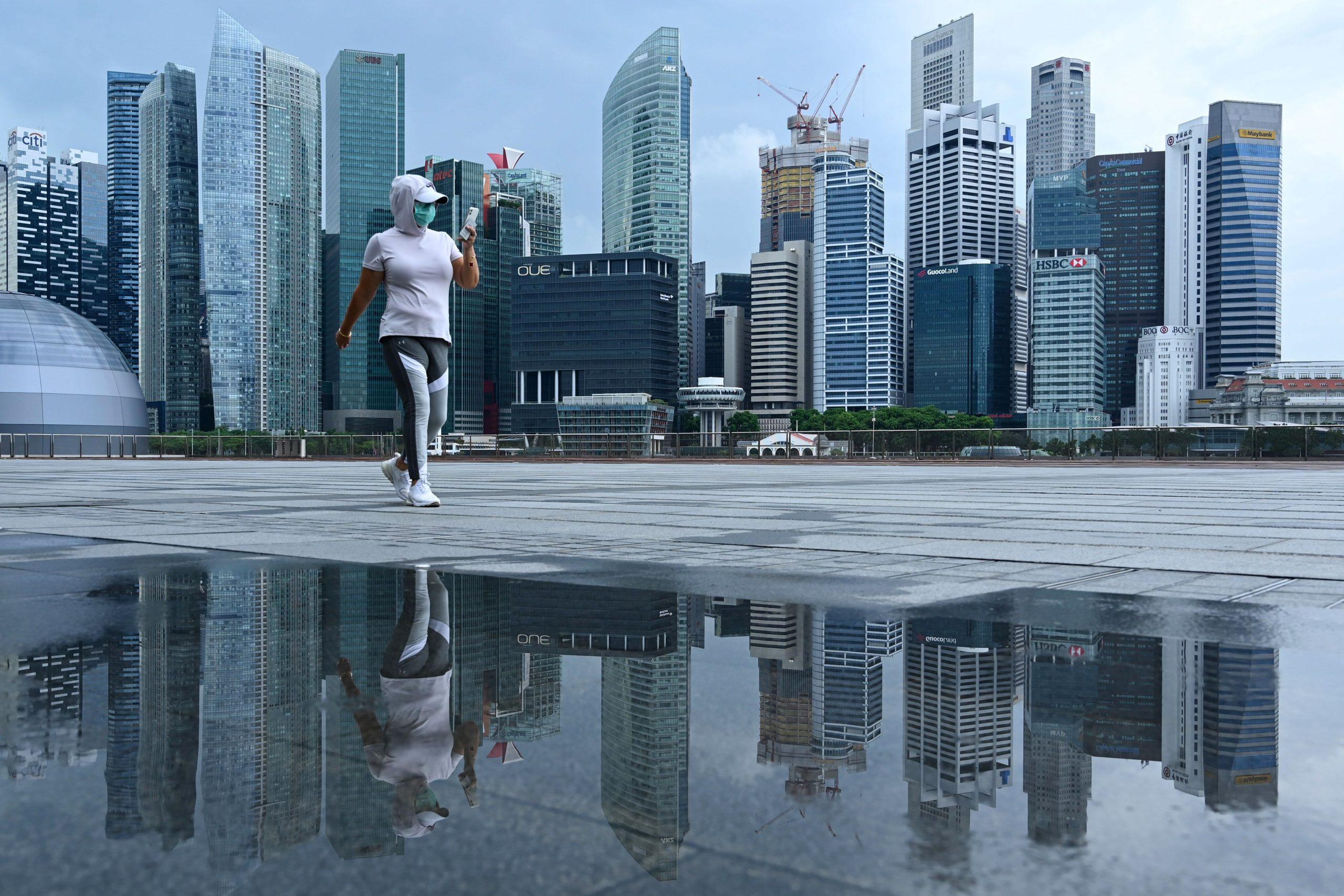 Singapore inizia ad allentare le restrizioni Covid mentre le infezioni quotidiane diminuiscono